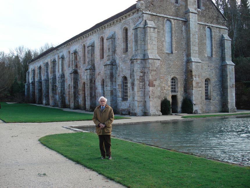 Hubert Aynard devant le bâtiment de la forge