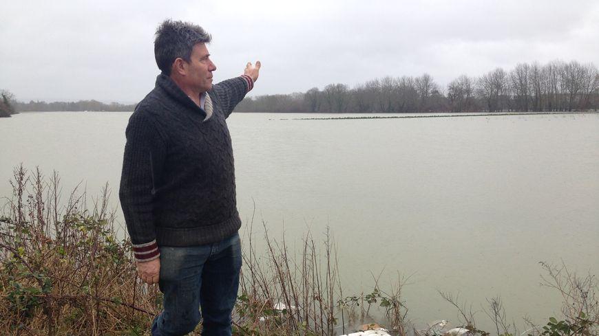 Jean-Claude Guehennec devant son champ, sous l'eau, au Mesnil-le-Roi, dans les Yvelines