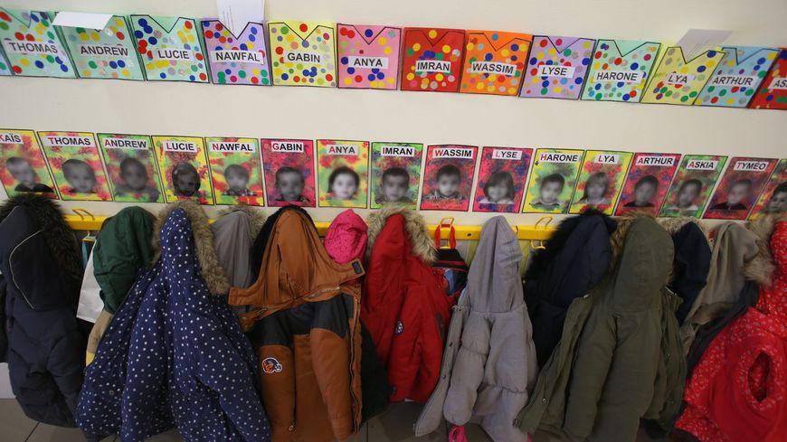 Couloir d'une école primaire (illustration)