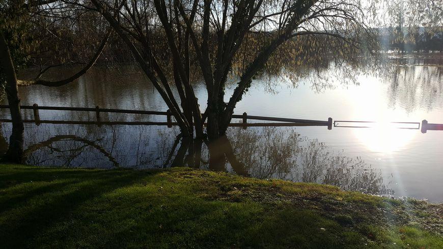 Sur l'île Saint Jean à Vernon, certains habitants ont une partie de leur jardin inondée.
