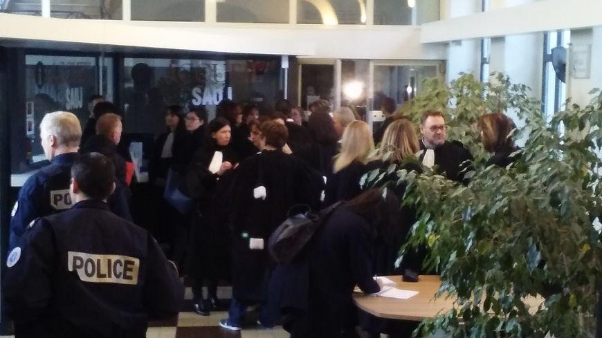 Une quarantaine d'avocats se sont rassemblés au tribunal de grande instance de Thionville
