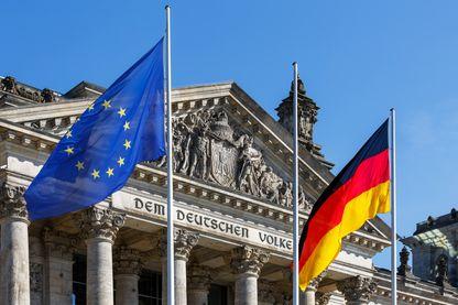 Drapeaux européen et allemand devant le Reichstag à Berlin