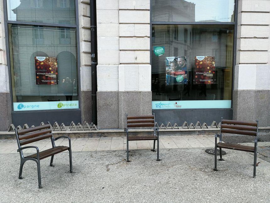 Impossible pour un SDF de s'allonger sur ces chaises installées place du Bareuzai