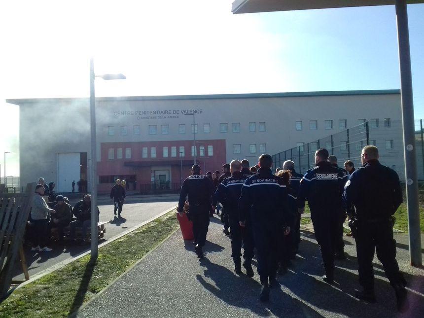 Des gendarmes appelés en appui dans la prison de Valence pour faire fonctionner le centre pénitentiaire, ce mardi - Radio France