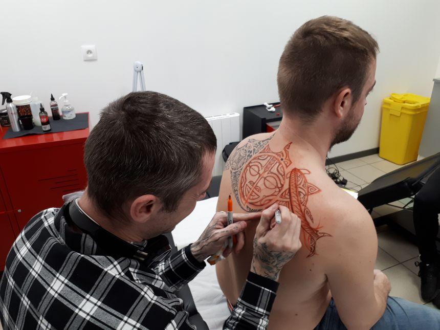 """Rémi : """"en utilisant des morceaux de tatouages, il m'a proposé un dessin d'inspiration polynésienne""""."""