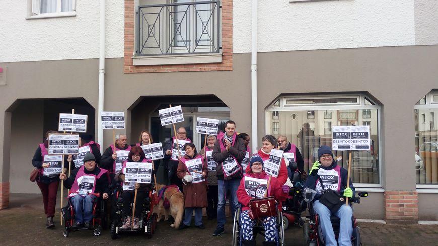 Une quinzaine de militants ont manifesté devant la permanence de la député LREM Stéphanie Rist