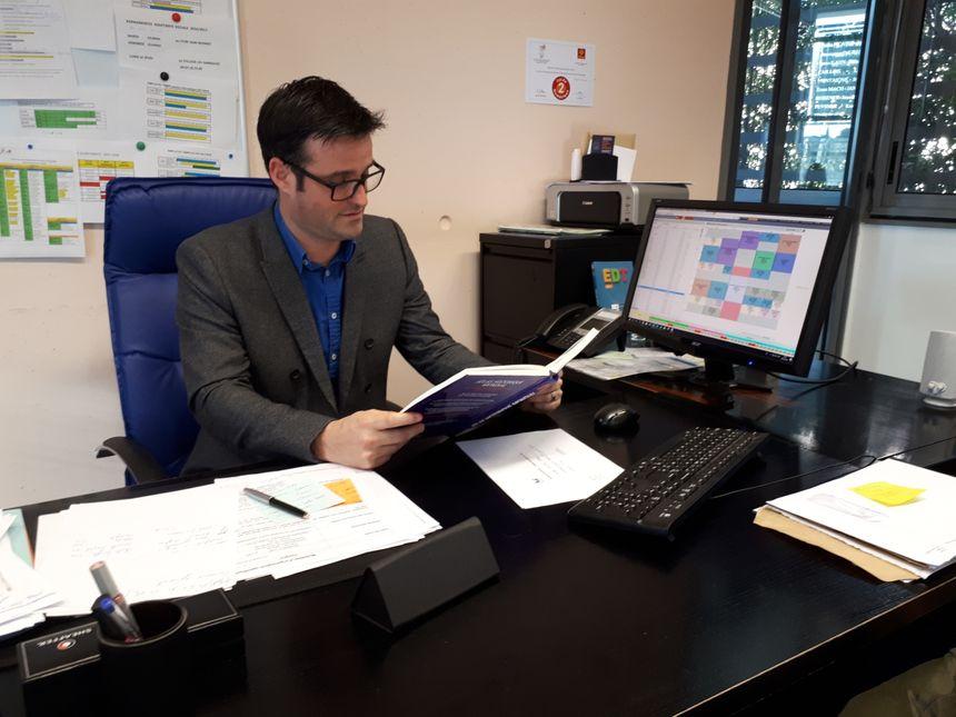 Même jean Marc Gavanon, le proviseur-adjoint du lycée, interrompte ses activités pour un quart d'heure de lecture