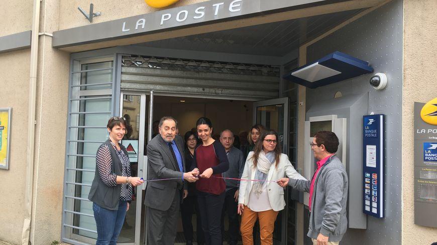 Le maire du Bugue, Jean Montoriol, au centre, pense que cette nouvelle poste attirera plus de clients des communes alentours.