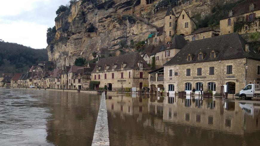 A La-Roque-Gageac, la Dordogne, est sortie de son lit.