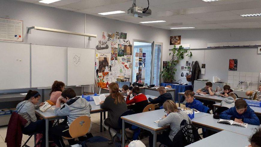 La classe de 5eme B en seance de lecture