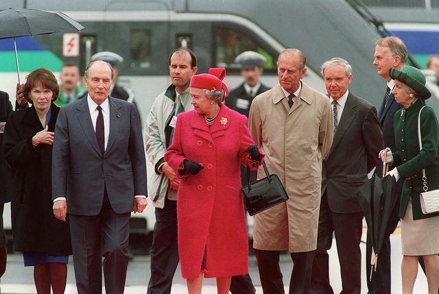 François Mitterrand et la reine Elizabeth à Coquelles, le 6 mai 1994, pour l'inauguration de la liaison ferroviaire trans-Manche.