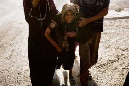 Vendredi 30 juin, des civils tentent de s'échapper du vieux Mossoul et de ses combats.