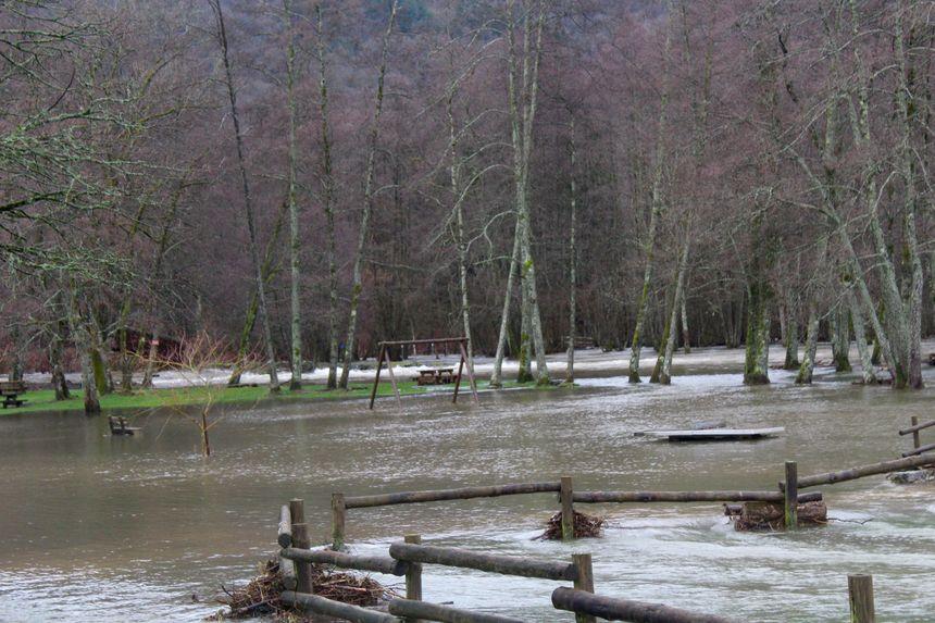 Les jeux pour enfants sont engloutis sous les flots à l'aire de la loisirs de La Praille (Haute-Saône)