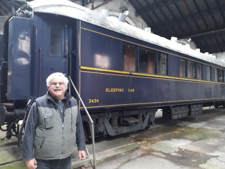 """Bruno Duru devant ce wagon lit de l'Orient Express qui a roulé jusqu'à Bagdad. C'est l'un des """"trésors"""" de l'association qui souhaite ouvrir, à terme, une ligne touristique"""