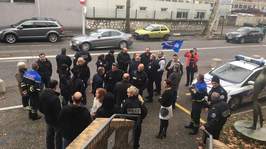 Une trentaine de policiers se sont réunis devant le commissariat de Chambéry.