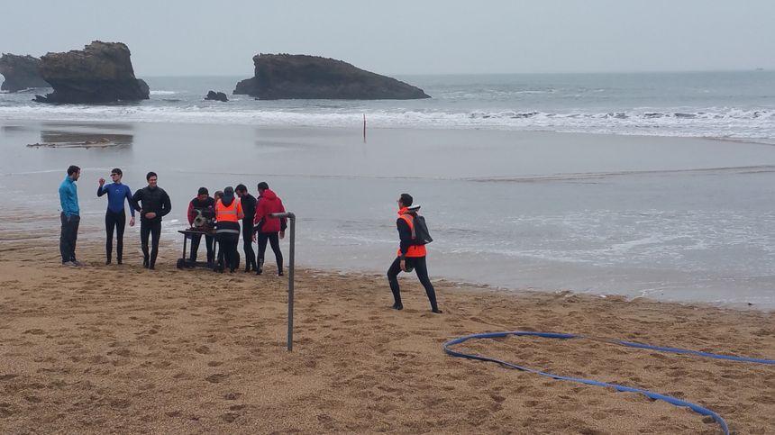 GPS dans le sac, le chercheur sillonne la grande plage de Biarritz pour modéliser le profil de la plage et ses évolutions.
