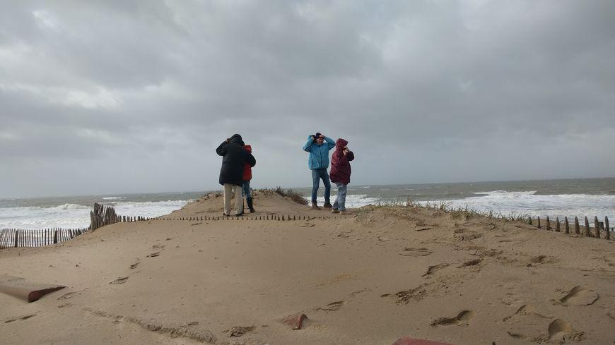 Les curieux bravent la tempête sur le front de mer à Soulac sur mer