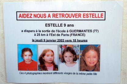 Photo d'un avis de recherche concernant la disparition de la petite Estelle, prise le 25 mai 2004 sur le Champs de Mars à Paris, lors d'un rassemblement organisé dans le cadre de la journée internationale des enfants disparus