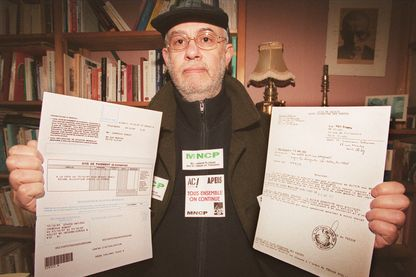 Robert Crémieux, , membre du mouvement national des chômeurs et précaires (MNCP) , en 1998 alors qu'il dénonçait la saisie de ses biens
