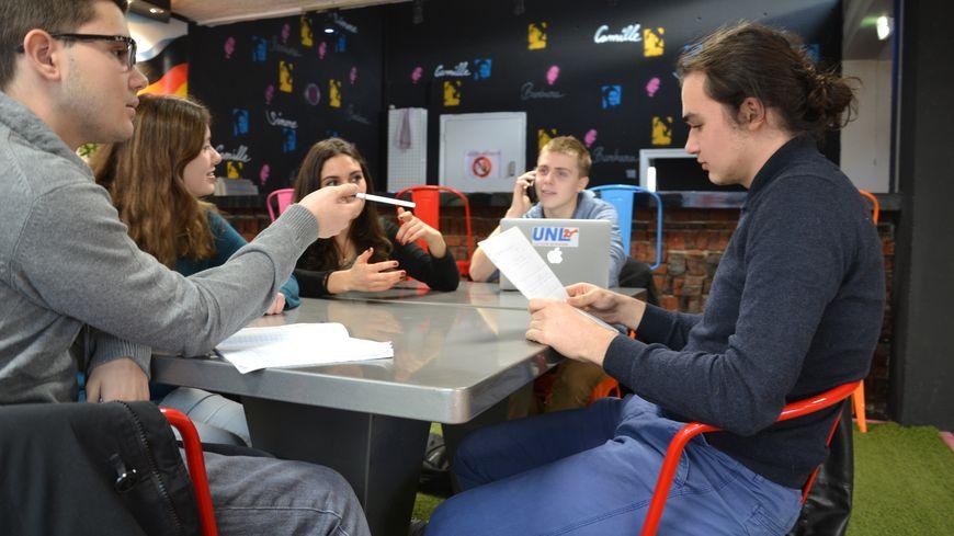 Des élèves du lycée Georges Brassens contactent directement les mairies du secteur pour trouver des salles de classe.