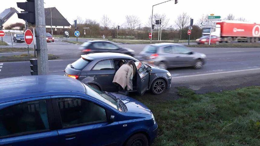 Certains voyageurs ont arrêté les voitures au feu rouge pour faire du stop