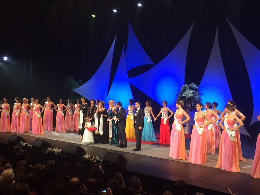 Toutes les Miss reviennent sur scène pour la proclamation des résultats.