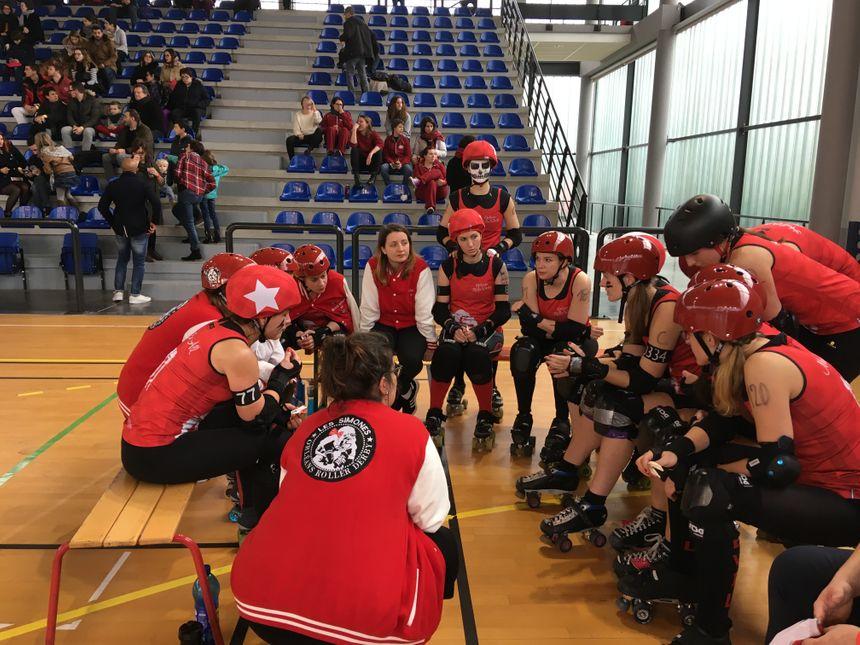 Les Simones (en rouge) affrontaient Missfeet, l'équipe du Mans.