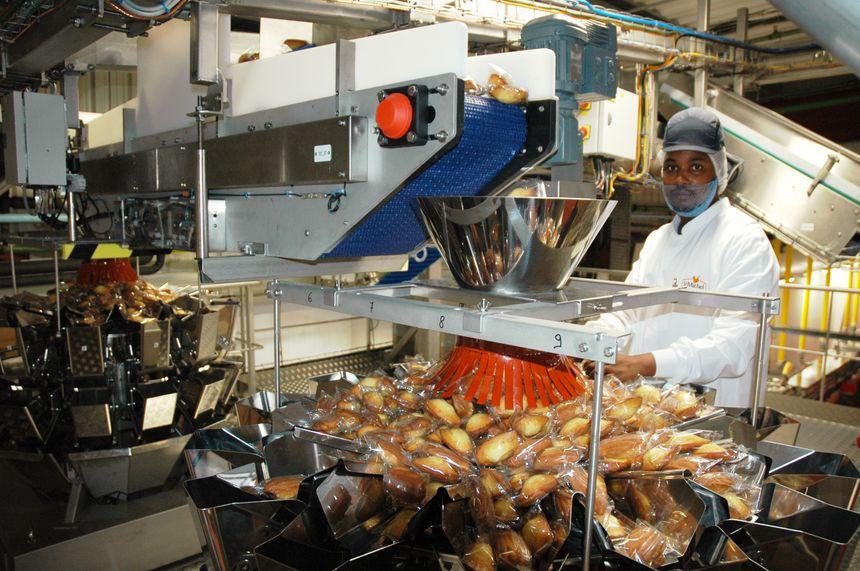 Les madeleines emballées sont réparties pour rejoindre les grands sachets que vous retrouvez en magasin.