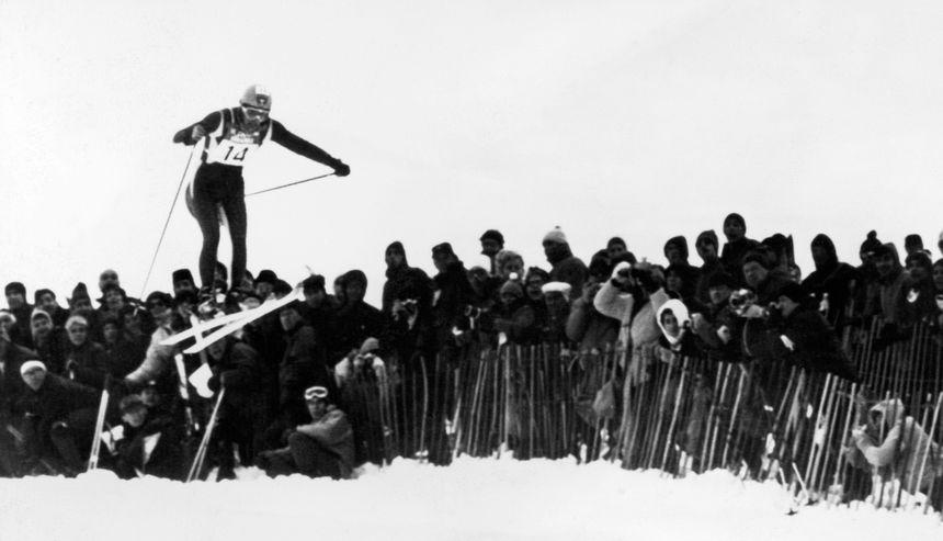 Jean-Claude Killy en plein saut lors des Jeux Olympiques  d'hiver de 1968, à Chamrousse.