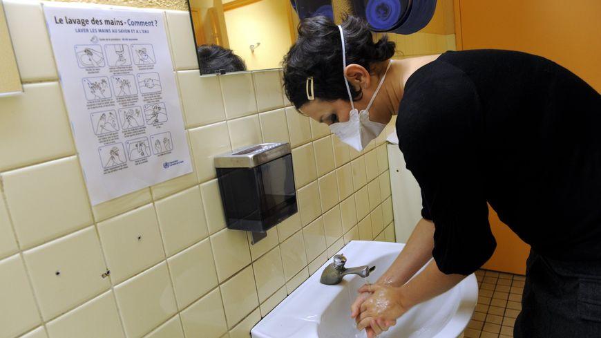 Parmi les gestes pour se protéger de la grippe, se laver les mains et quand on est malade, porter un masque.