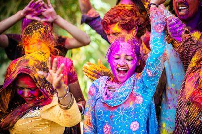 Holi, la fête des couleurs en Inde. Fête religieuse hindoue, qui marque la fin de l'hiver et le début du printemps, en se jetant de l'eau et de la poudre de colorées.