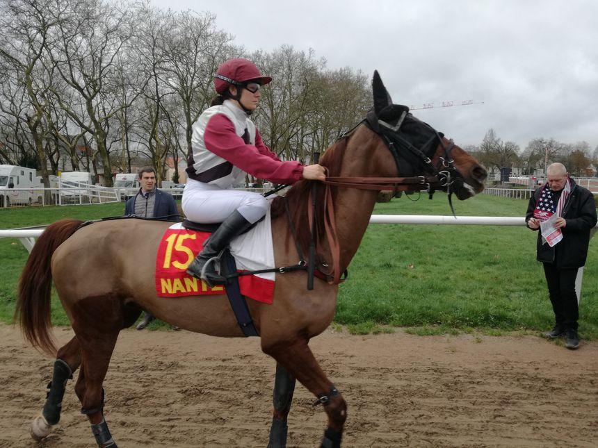 Les jockeys et leurs chevaux rentrent sur la piste de l'hippodrome de Nantes