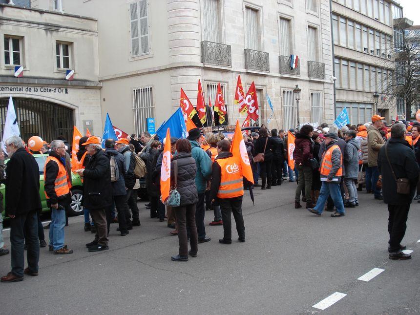 Variété de bannières pour un mouvement auquel sept syndicats ont appelé.