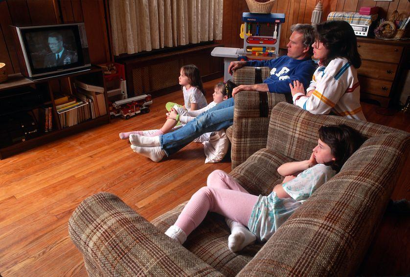 Une famille new-yorkaise devant la télévision