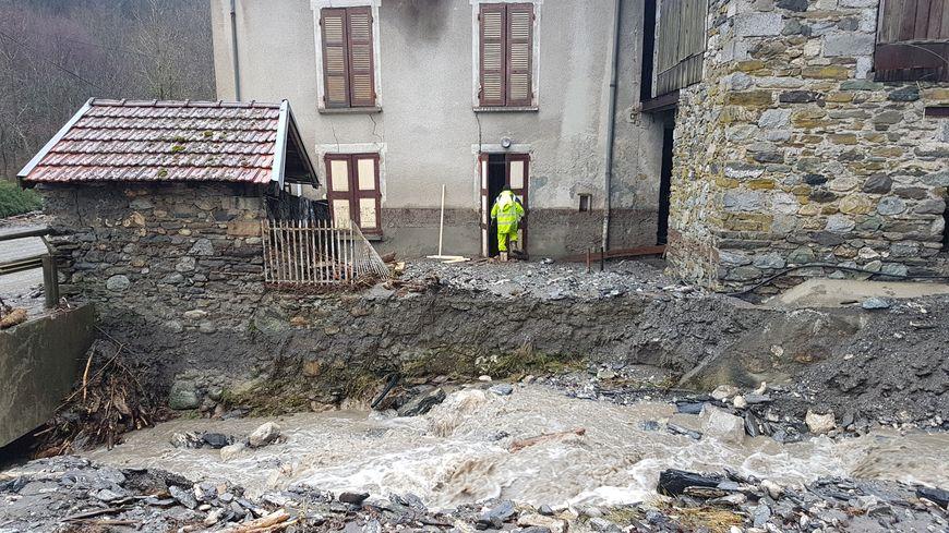 """Le ruisseau """"Le Taillou"""", gonflé par les fortes pluies de la tempête Eleanor, a en partie balayé cette maison."""
