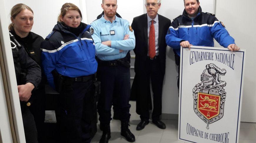 Le sous-préfet de Cherbourg en compagnie des gendarmes