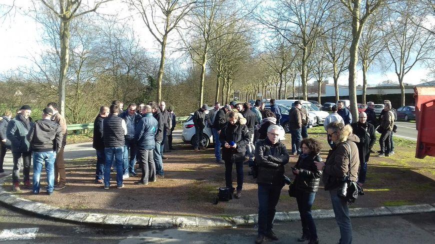 Quelques dizaines d'agriculteurs sont rassemblés devant l'usine de Craon