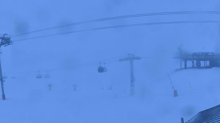 La station de l'Alpe d'Huez a fermé l'ensemble de son domaine skiable suite au passage de la tempête Eleanor.