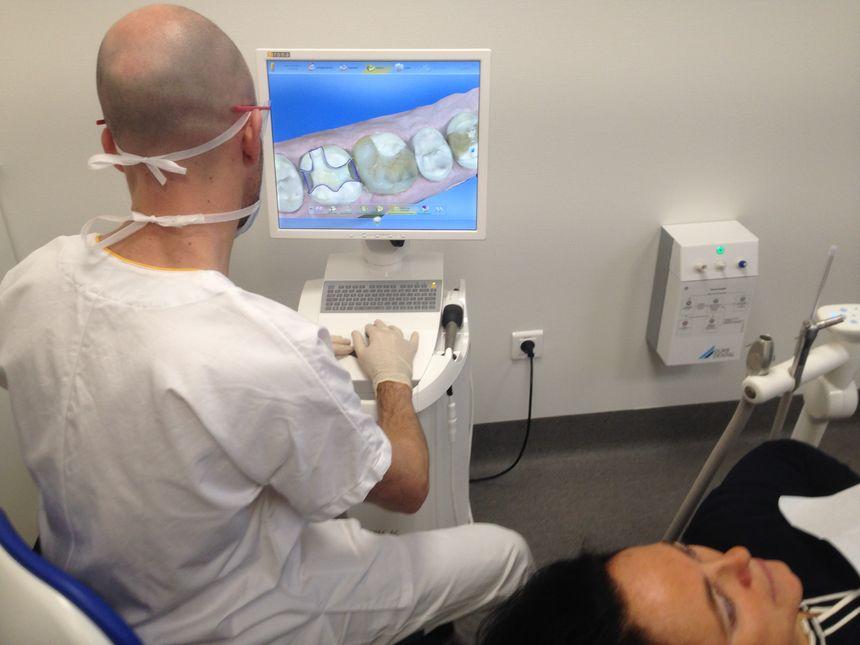 """Sur l'écran de contrôle, une mâchoire en 3D permet de sélectionner des zones précises et de simuler la pose d'un implant. On parle de """"conception-fabrication assistée par ordinateur""""."""