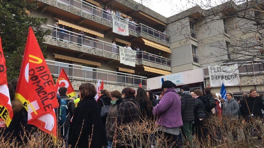300 personnes se sont rassemblées, ce mardi matin, devant l'Ehpad du Montoulon à Privas.