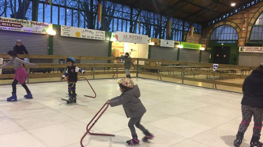 La patinoire synthétique de 108 mâ sera ouverte du mardi 2 janvier, de 15 à 19 heures ; mercredi 3 janvier, de 10 à 19 heures ; jeudi 4 janvier, de 14 à 19 heures ; vendredi 5 janvier de 14 à 17 heures.