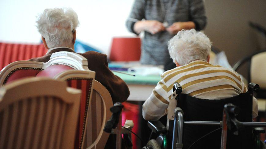 Des pensionnaires dans une maison de retraite