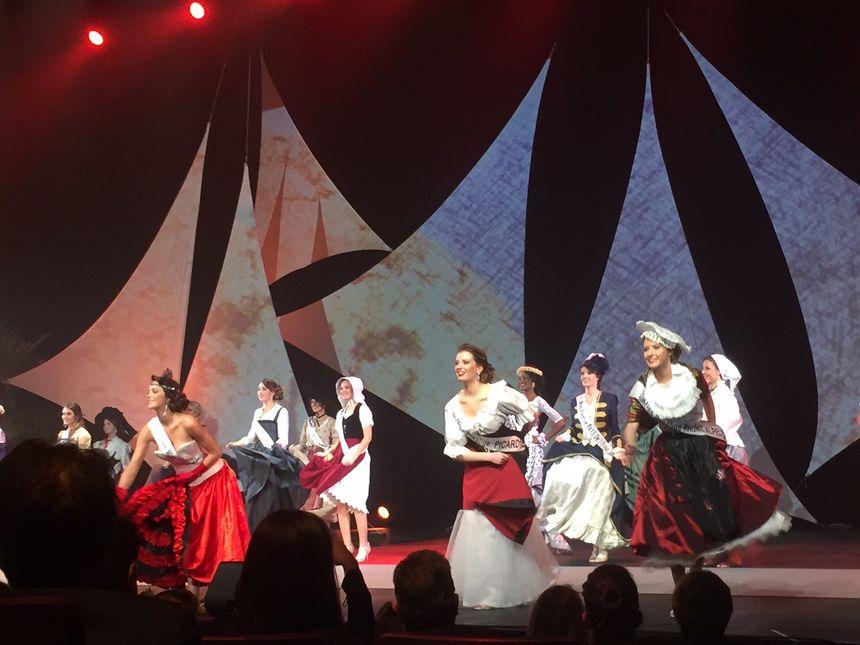 """Les 26 """"Miss Prestige"""" ont lancé la soirée avec un défilé en tenue folklorique."""