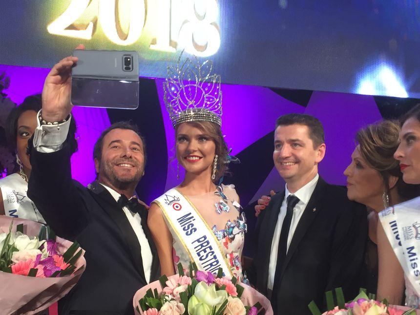 """La nouvelle """"Miss Prestige"""" s'est prêtée au jeu des selfies."""