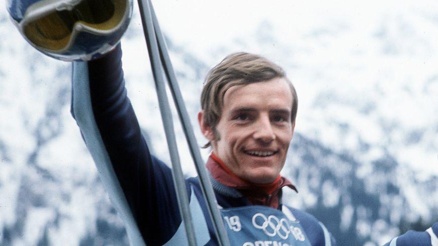 Le 9 février 1968, Jean-Claude Killy remporte la première de ses trois médailles d'or dans l'épreuve de la descente, à Chamrousse.