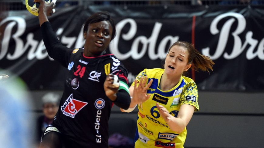 Ana Gros (à droite) lors d'un match à Brest Arena, avec Metz, la saison dernière