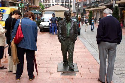 A Oviedo, des féministes demandent le déboulonnage de la statue de Woody Allen