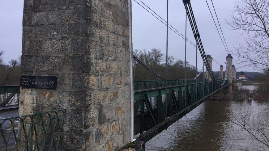 Le pont date de 1951, et les câbles en acier sont vieillissants. En cas de gel, il pourrait s'effondrer.