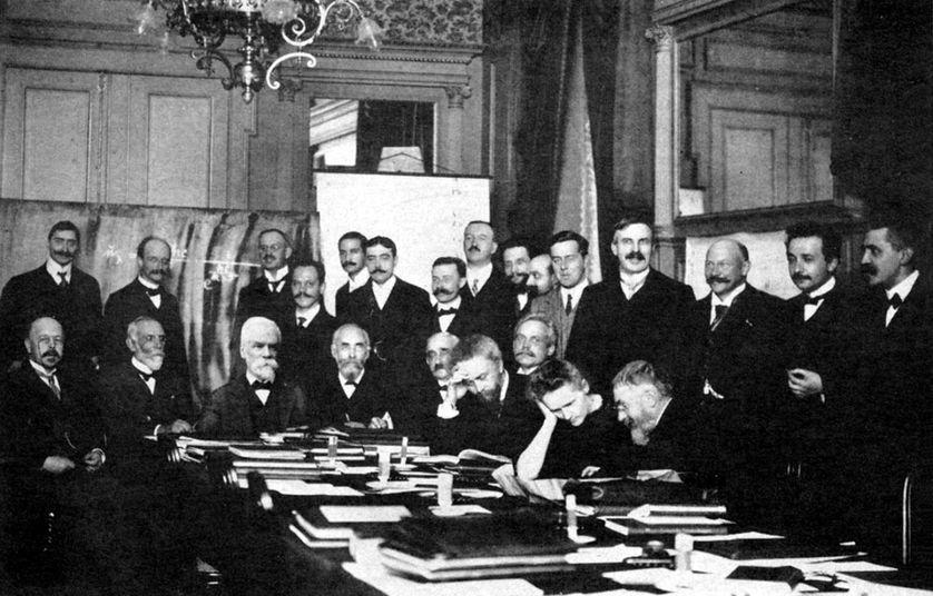 Au centre, Marie Curie et Henri Poincaré conversant, lors du congrès Solvay de 1911. A droite,  tout près du mathématicien, Ernest Rutherford, Albert Einstein et Paul Langevin