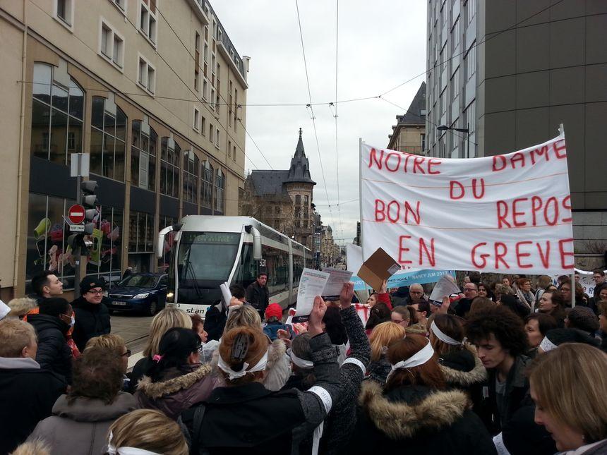 Les manifestants ont bloqué la circulation des voitures et du tramway à Nancy